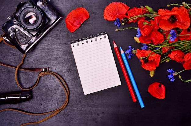 Lápis notepad e câmera de filme vintage