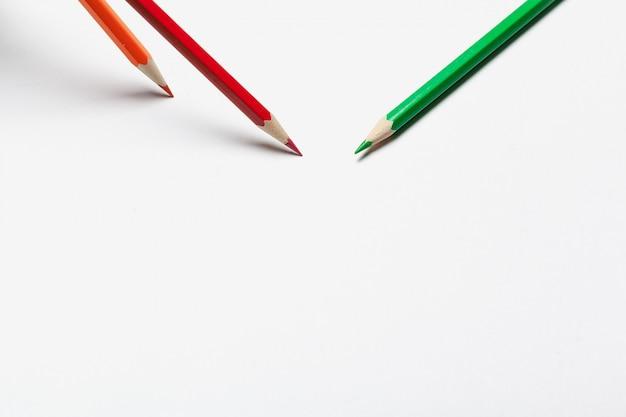 Lápis ordinários coloridos de madeira isolados em um fundo branco