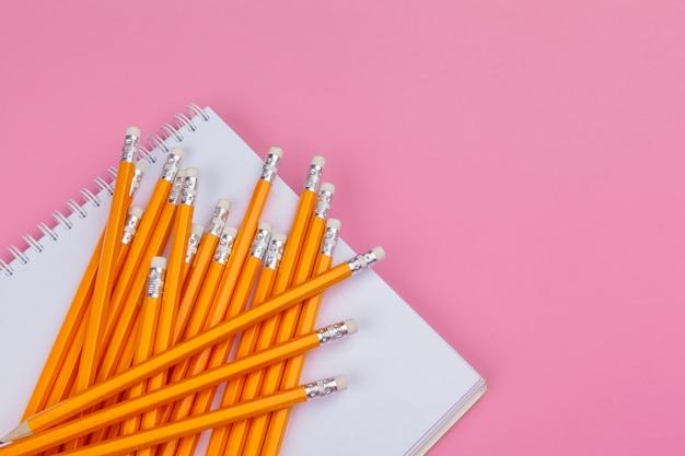 Lápis pastel em um rosa brilhante. conceito de arte