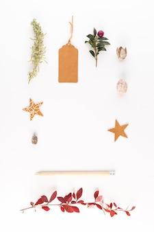 Lápis perto de decorações diferentes