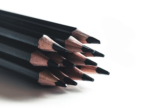 Lápis preto isolado em fundo branco
