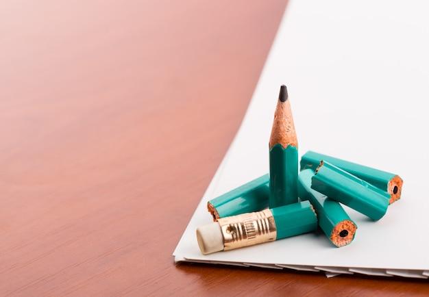 Lápis quebrou em pedaços