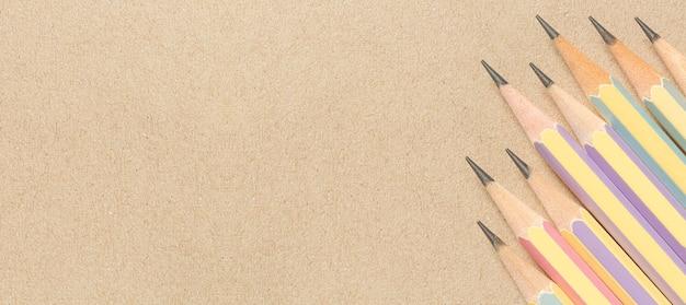 Lápis sempre em papel marrom, vista de cima de lápis de madeira marrom colocado em papel pardo para o fundo