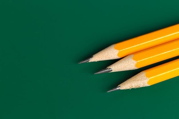 Lápis sobre fundo verde