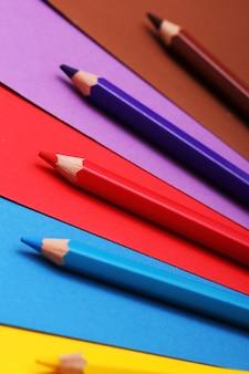 Lápis sobre papel colorido