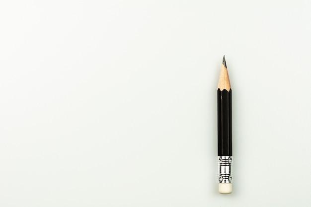 Lápis usado pequeno isolado no fundo branco.