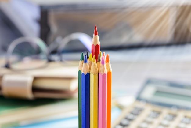 Lápis vermelho, destacando-se de um monte de lápis de cor