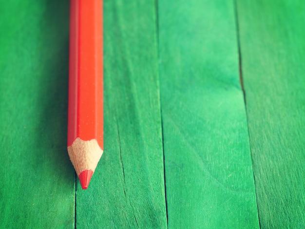 Lápis vermelho sobre fundo verde antigo estilo vintage retrô