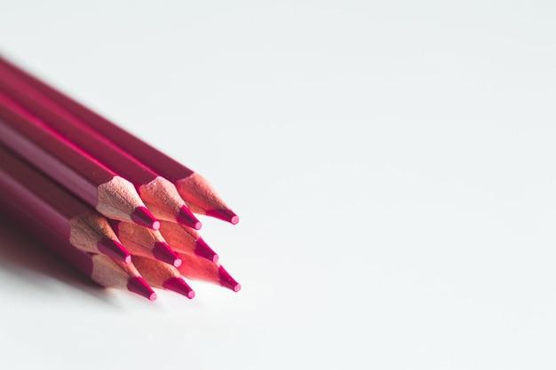 Lápis vermelhos em um fundo branco. escritório, desenho.