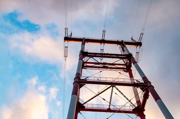Lapso de tempo da torre de alta tensão de linhas de alta tensão torre de alta tensão com linhas de energia