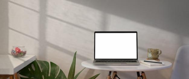 Laptop aberto com tela em branco