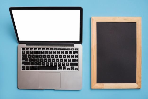 Laptop aberto e moldura
