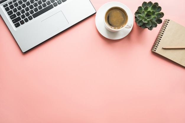 Laptop aberto, planejamento e xícara de café. vista superior com espaço de cópia. conceito de negócio do escritório. processo de trabalho.