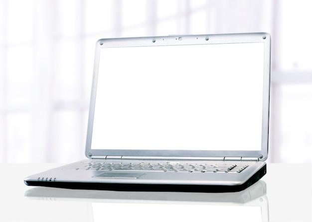 Laptop branco no escritório.
