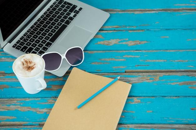 Laptop, café, óculos escuros e notebook