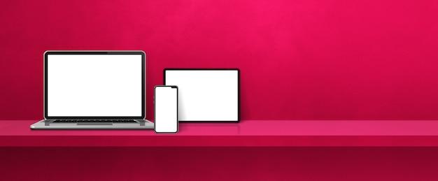 Laptop, celular e tablet pc digital na prateleira de parede rosa. fundo do banner. ilustração 3d