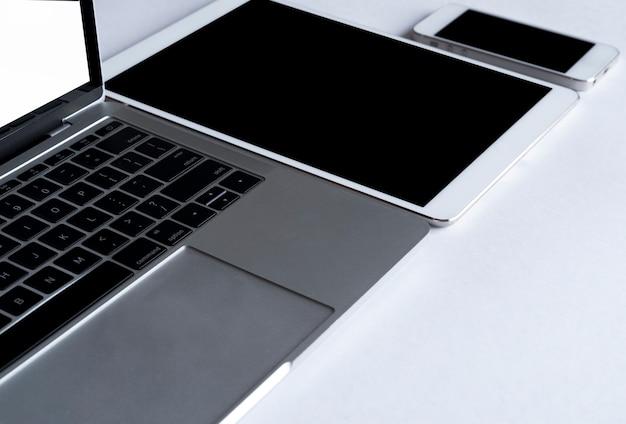 Laptop cinza com aparelhos eletrônicos