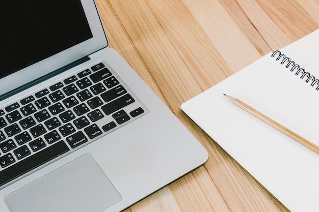 Laptop colocar perto de escritório estacionário. telefone inteligente, caderno e caneta