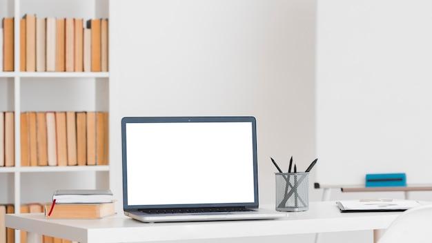 Laptop com área de trabalho de espaço de cópia em uma biblioteca