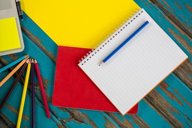 Laptop com arquivo e caderno espiral