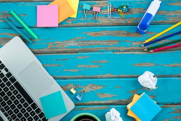 Laptop com artigos de papelaria