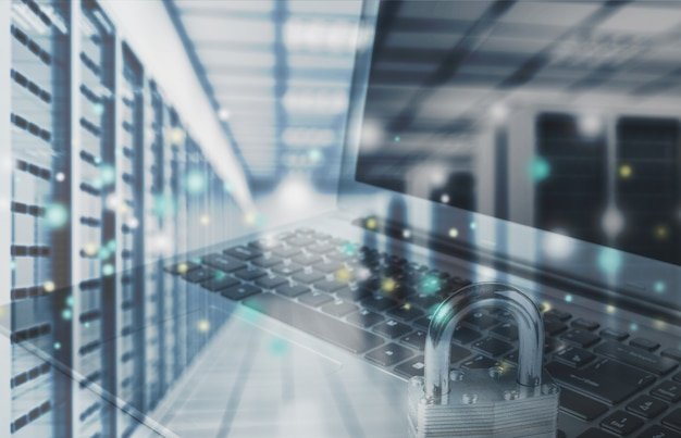 Laptop com cadeado e farm de servidores, conceito de segurança de dados