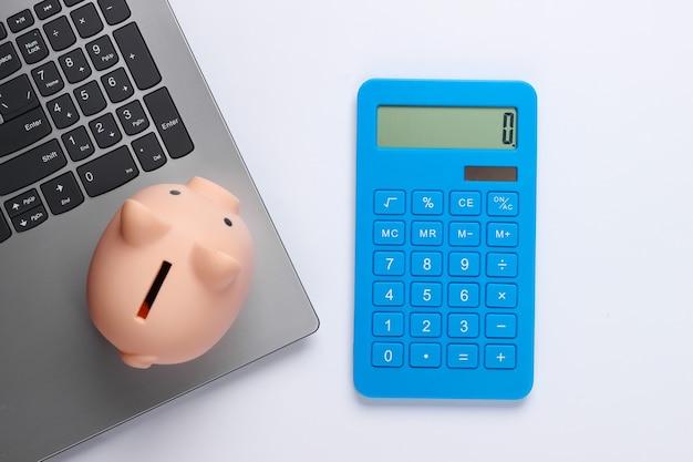 Laptop com cofrinho, calculadora em branco