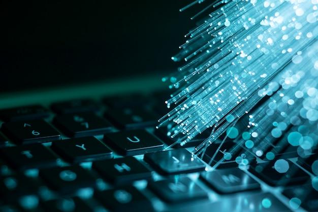 Laptop com fibra óptica azul