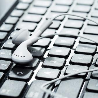 Laptop com fones de ouvido