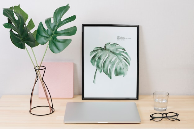 Laptop com foto e óculos na mesa