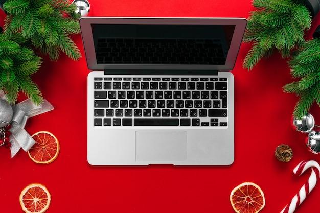 Laptop com galhos de árvores de peles e decorações de natal