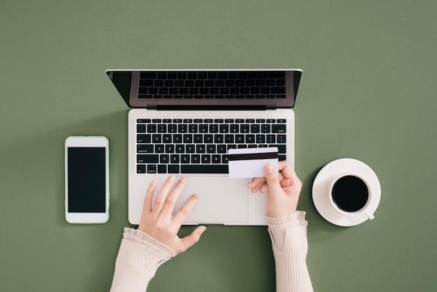 Laptop com pagamento com cartão de crédito