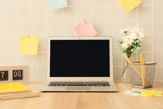 Laptop com papelaria no local de trabalho