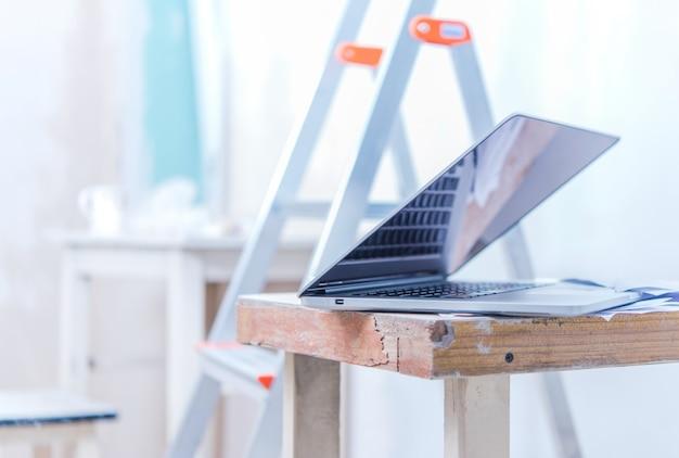 Laptop com planos de remodelação