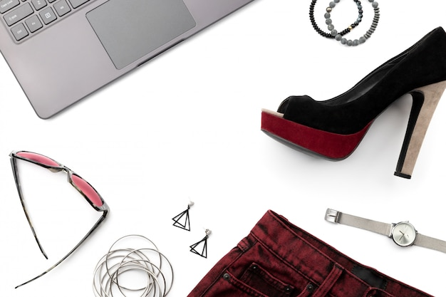 Laptop com sapato, saia e acessórios isolados no branco backgroud