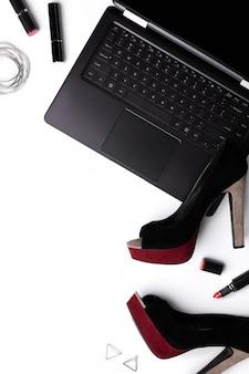 Laptop com sapatos, batom e acessórios isolados no branco backgroud