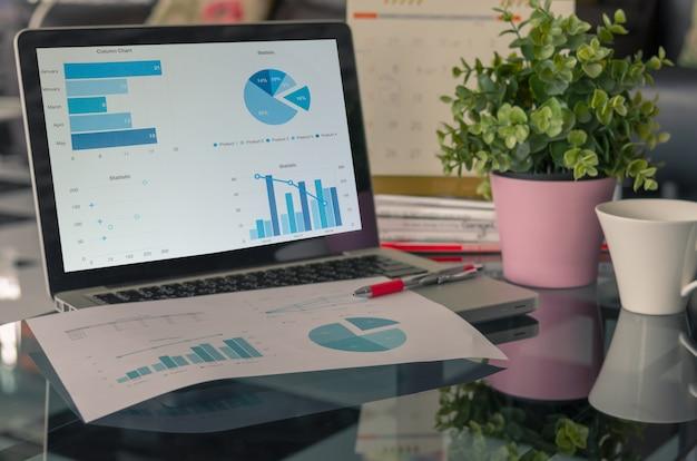 Laptop com tabelas e gráficos