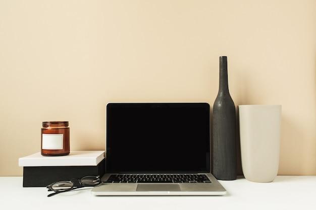 Laptop com tela de espaço de cópia em branco de maquete na mesa. área de trabalho de mesa de escritório com decorações