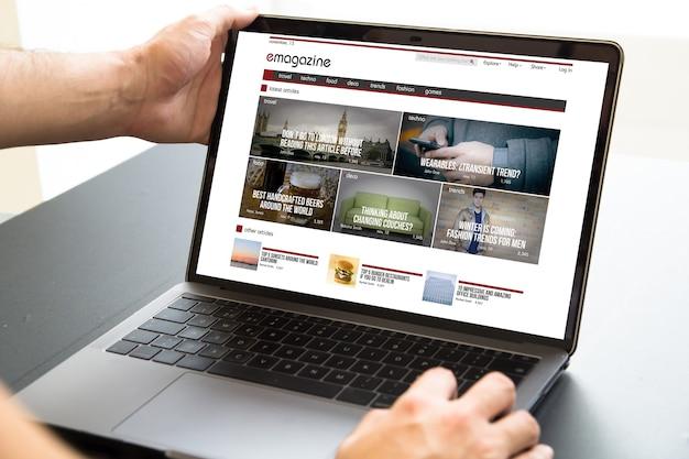 Laptop com tela de revista eletrônica