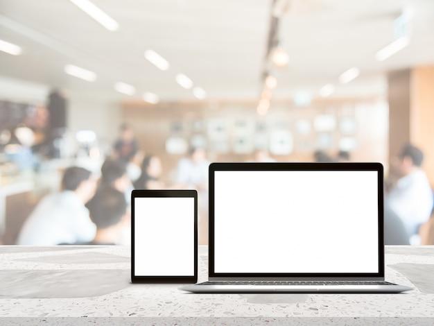 Laptop com tela em branco colocado na mesa de madeira branca com fundo de montagem turva de negócios para o produto de montagem presente