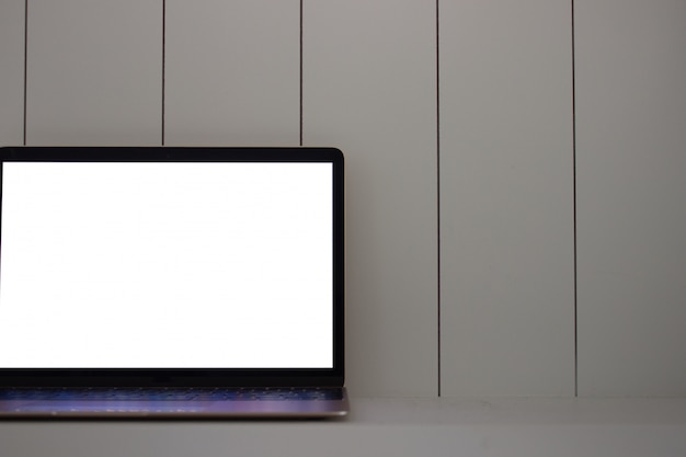 Laptop com tela em branco na madeira