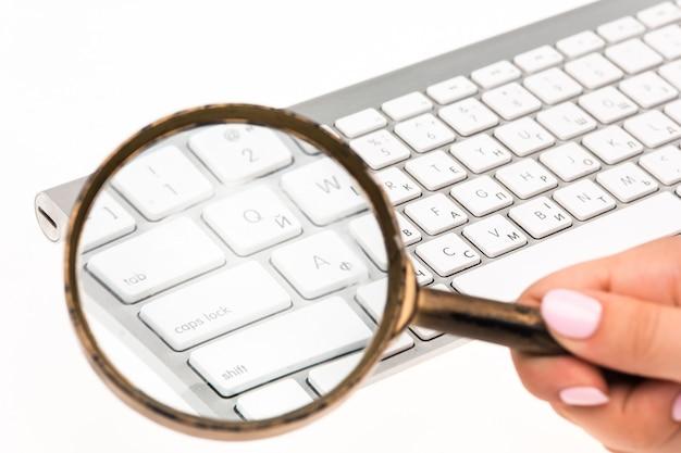 Laptop com uma lupa