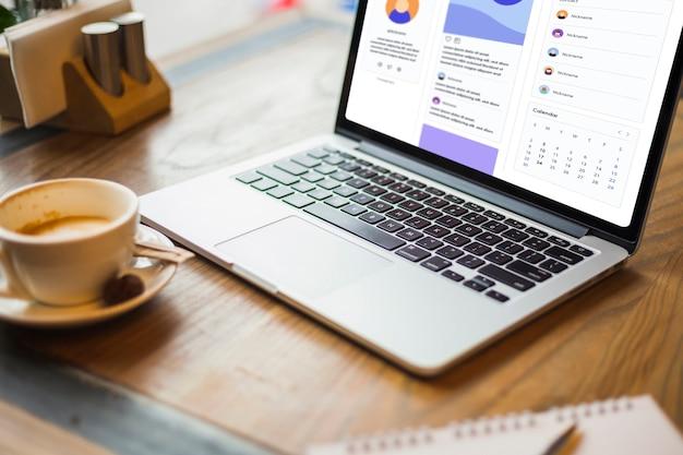 Laptop, com, xícara café, ligado, tabela