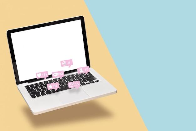 Laptop computador portátil com tela branca em branco com ícones de notificação da mídia social