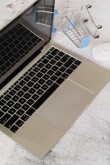 Laptop de alto ângulo com carrinho de compras