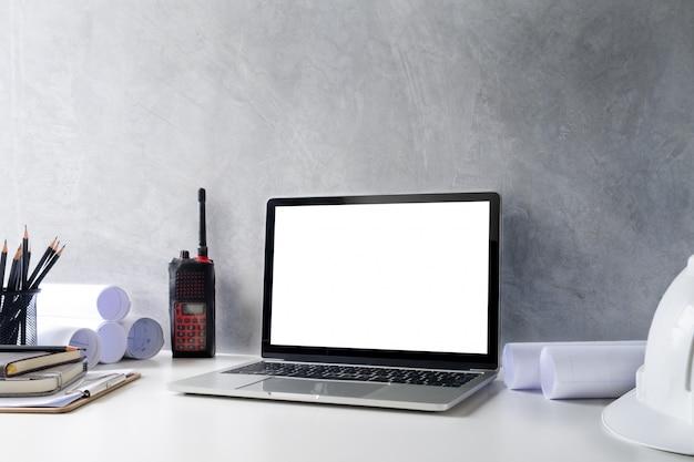 Laptop de computador de maquete do espaço de trabalho do engenheiro.