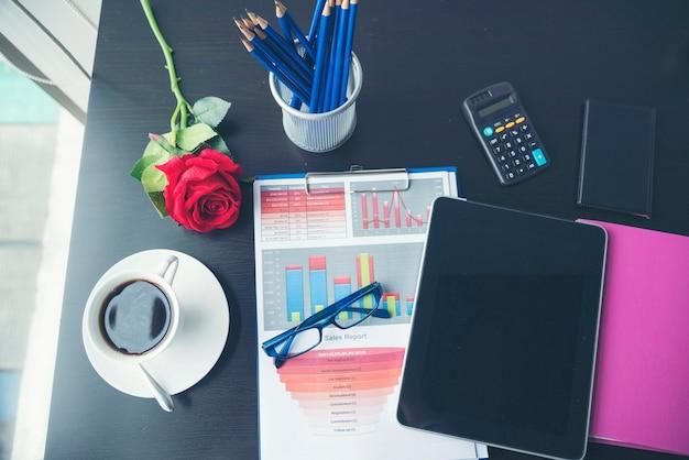 Laptop de computador notebook plana leigos na mesa de escritório. nenhuma maquete de gráfico de negócios de pessoas no negócio