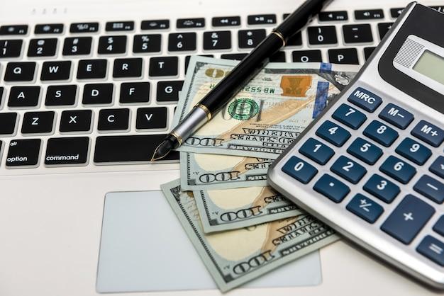 Laptop de conceito de negócio e dinheiro pronto para fazer compras online.