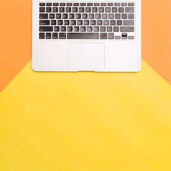 Laptop de configuração plana no fundo colorido