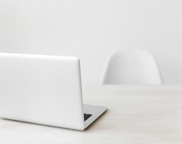 Laptop de escritório minimalista e cadeira